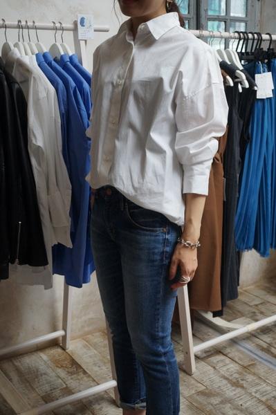白シャツの袖