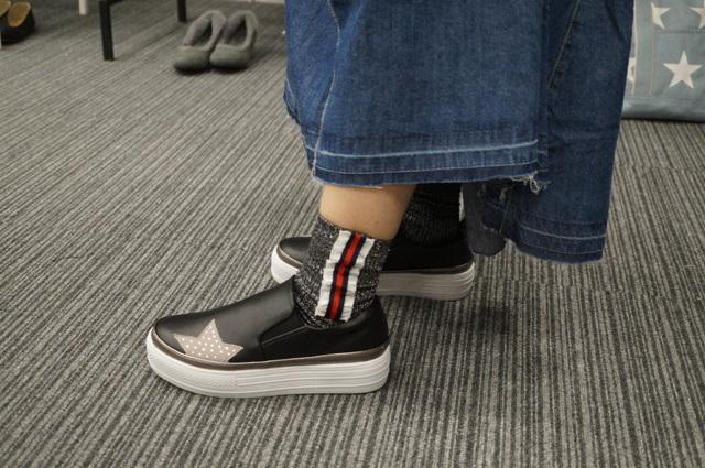 スターデザイン厚底スリッポンの足元靴下