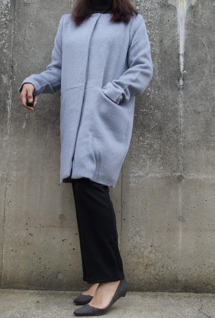 ノーカラーのコート