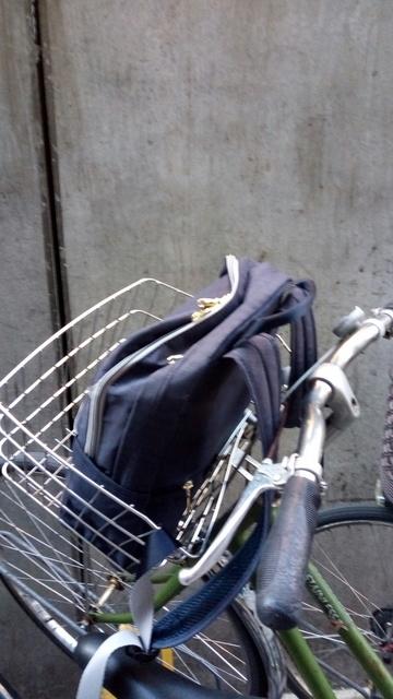 自転車のカゴにリュック